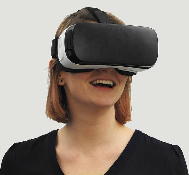 virtuální brýle na ženě