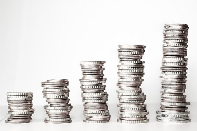 pět komínků mincí