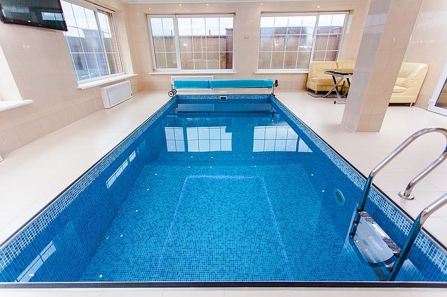 Dovádění ve vlastním bazénu má svoje výhody